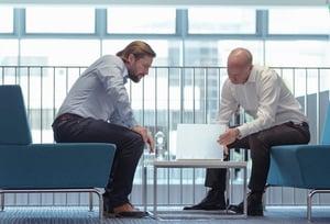 Sales representatives houden overleg over tenders.